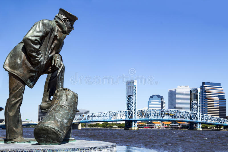 Skyline Jacksonvilles, Florida und Seemannskulptur lizenzfreie stockfotos