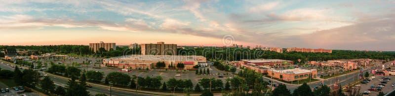 Skyline Londons Ontario an einem dunstigen Sonnenuntergangtag stockfotos