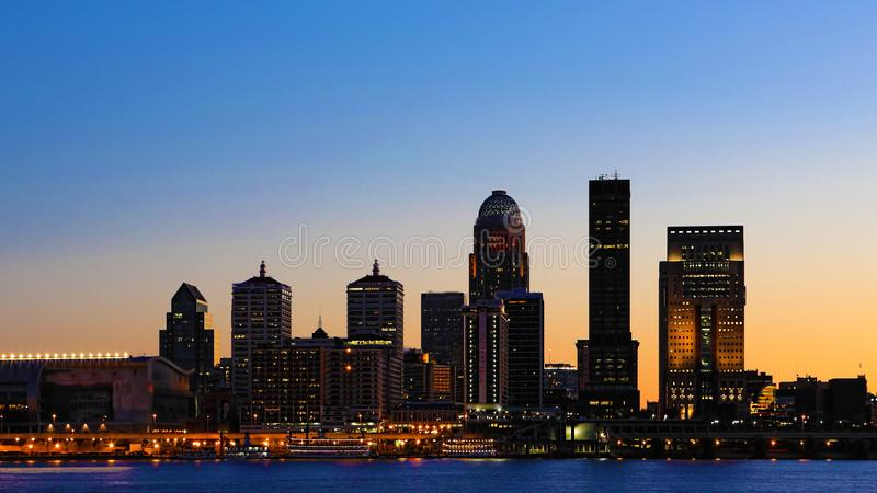 Skyline Louisvilles, Kentucky bei Sonnenuntergang stockbild