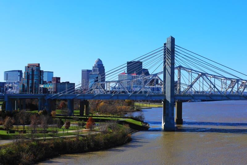Skyline Louisvilles, Kentucky mit John F Kennedy Bridge lizenzfreie stockfotos