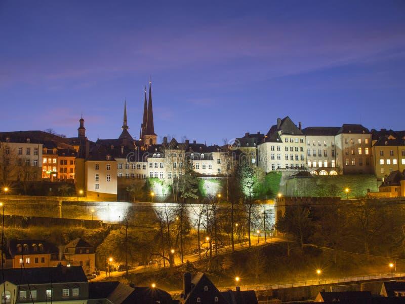 Skyline-Luxemburg-Stadt nachts stockbild