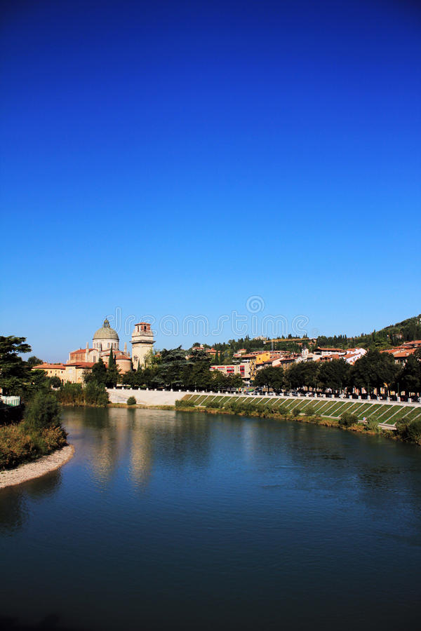 Skyline mit Kathedrale-Haube in Verona, Italien stockfotografie