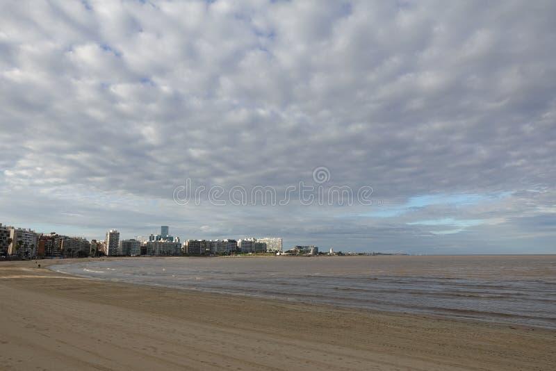Skyline Montevideos, Uruguay vom La Rambla lizenzfreies stockbild
