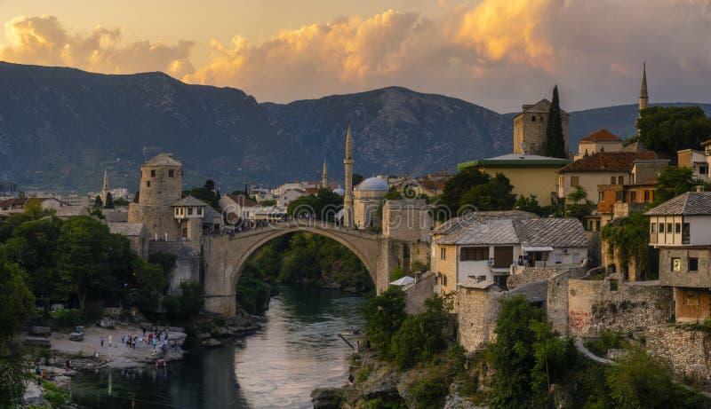 Skyline of Mostar met de Mostar Bridge stock foto's