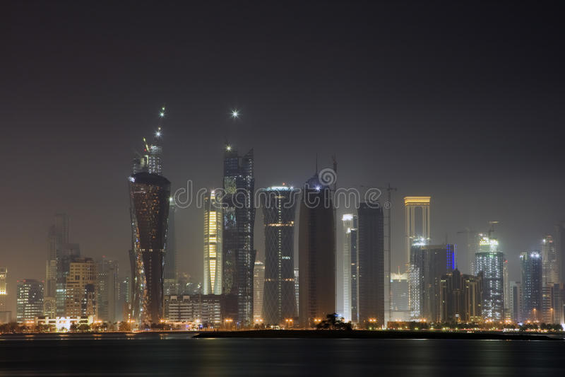 Skyline na noite foto de stock