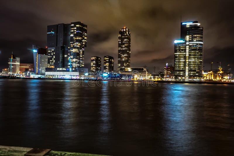 Skyline-Nachtfoto Rotterdam lizenzfreie stockfotos