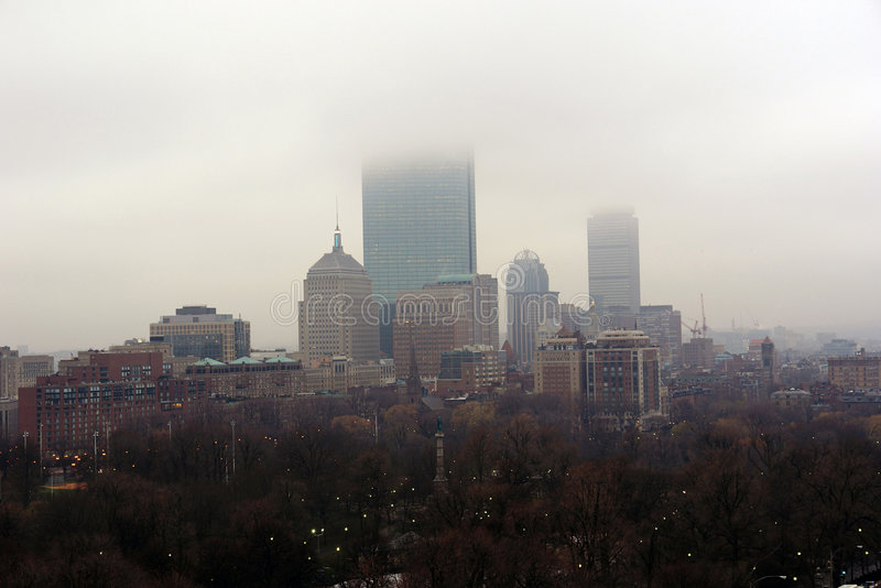 Skyline nevoenta da cidade no nascer do sol fotografia de stock royalty free