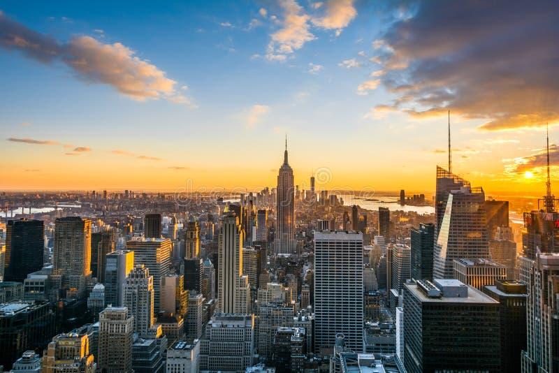 Skyline New York City Manhattan bei Sonnenuntergang, Ansicht von der Spitze des Felsens, Rockfeller-Mitte, Vereinigte Staaten lizenzfreie stockbilder