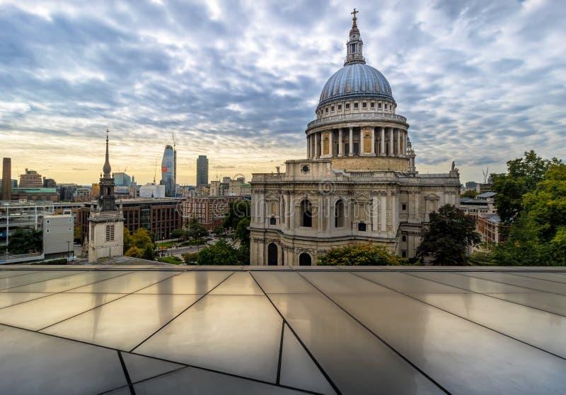 Skyline no crepúsculo, Londres da catedral e da cidade do ` s de St Paul, Inglaterra, Reino Unido fotografia de stock royalty free