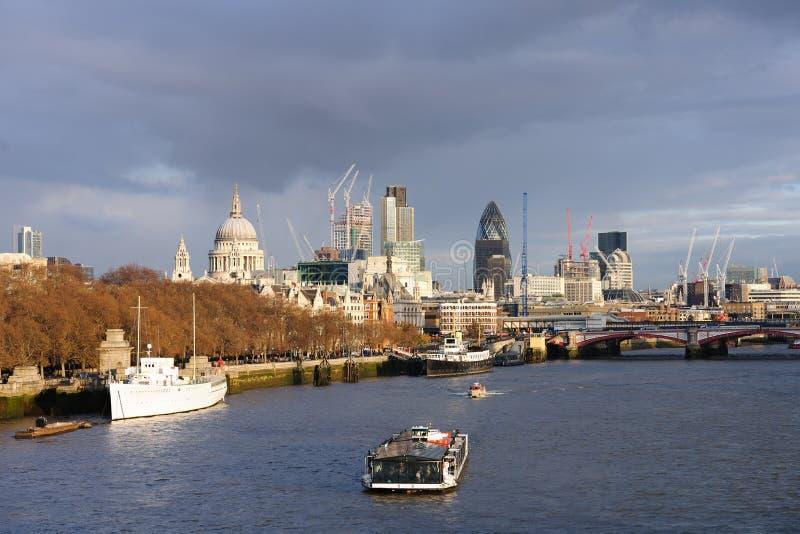 Skyline no inverno, Londres de Tamisa do rio, Inglaterra imagens de stock
