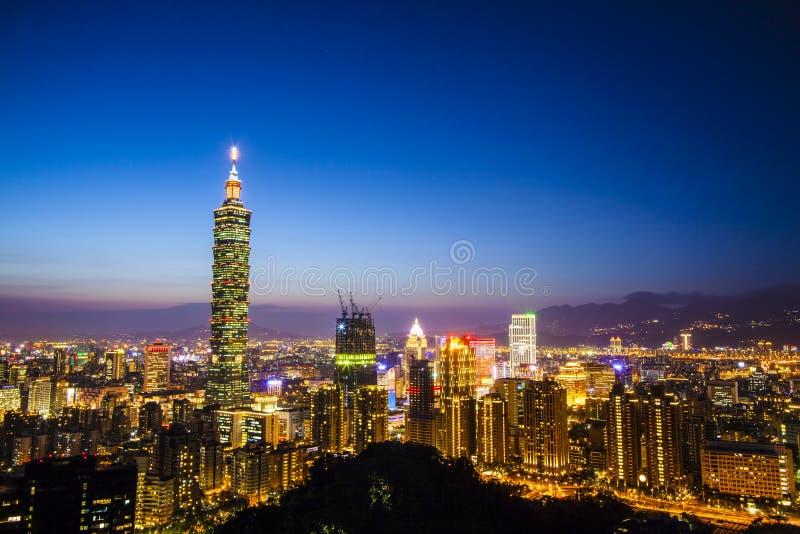 Skyline no por do sol com cor agradável, Taiwan da cidade de Taipei imagens de stock