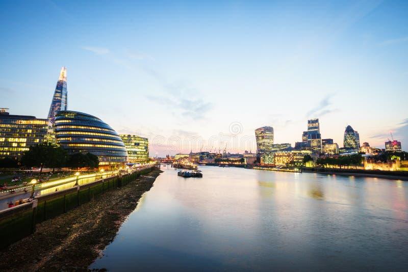 Skyline no por do sol, Inglaterra de Londres o Reino Unido Rio Tamisa, o estilhaço, câmara municipal foto de stock royalty free