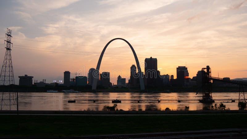 Skyline no por do sol - ST do Saint Louis LOUIS, EUA - 19 DE JUNHO DE 2019 fotografia de stock
