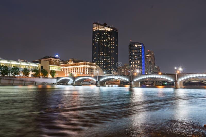 Skyline Noite do Grand Rapids, Michigan fotografia de stock royalty free