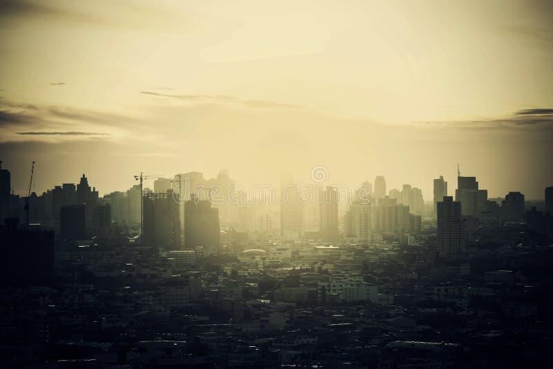 Skyline obscura da cidade no alvorecer, fumo de Banguecoque com nascer do sol foto de stock royalty free