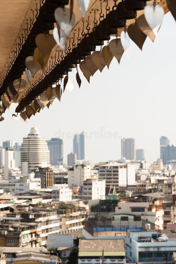 Skyline panorâmico da cidade de Banguecoque com os sinos budistas do desejo no primeiro plano, Tailândia imagem de stock royalty free