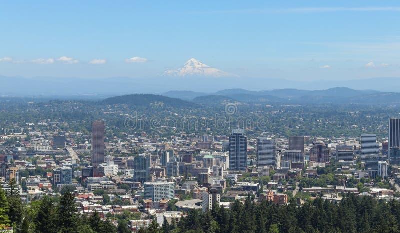 Skyline Portlands, Oregon gesehen von Pittock-Villa lizenzfreie stockbilder