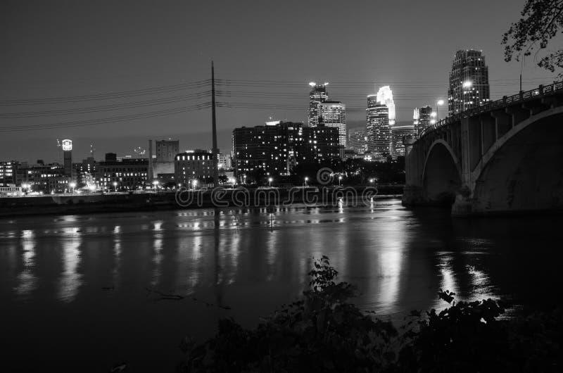 Skyline preto e branco da arquitetura da cidade de Minneapolis do centro Minnesota na área do metro das cidades geminadas fotos de stock royalty free