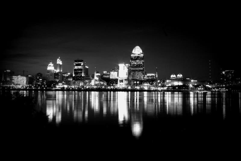 Skyline preto e branco em Cincinnati fotografia de stock royalty free