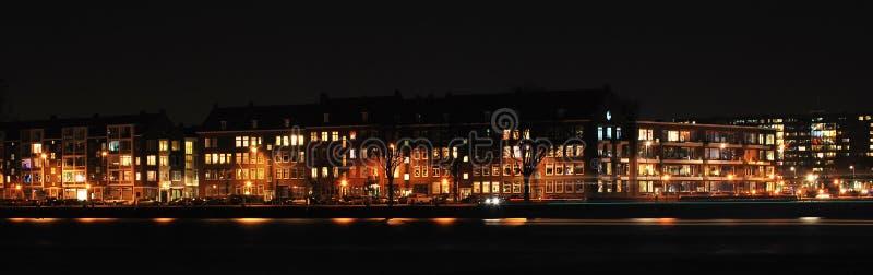 Skyline Rotterdam bis zum Nacht lizenzfreies stockbild