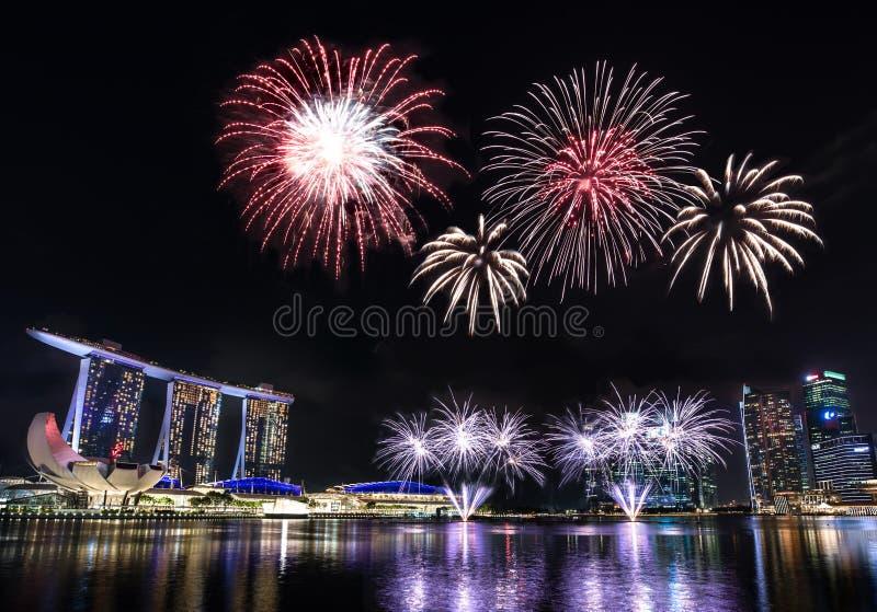 Skyline Singapurs Marina Bay mit Feuerwerken stockbilder