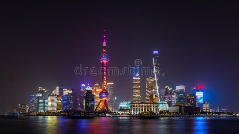 Skyline und Wolkenkratzer in Shanghai, moderne Stadt in China am Huangpu-Fluss lizenzfreies stockfoto