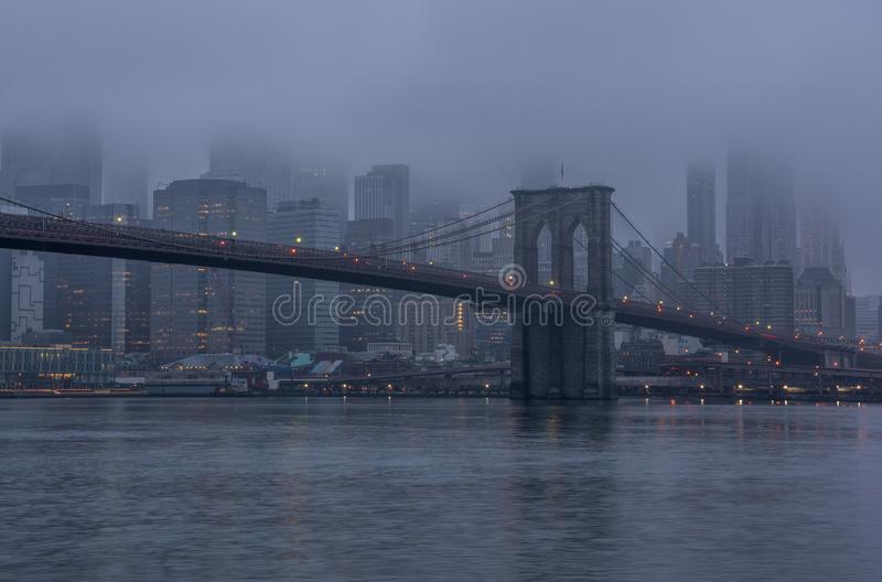 Skyline urbana nevoenta New York City fotografia de stock royalty free