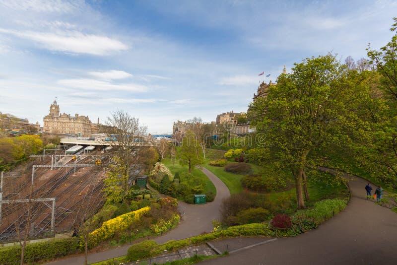 Skyline- van Edinburgh Prinses Street Gardens, Waverly-Trein Statio stock afbeelding