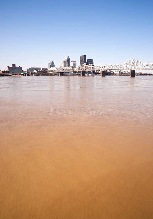 Skyline vertical Louisville Kentucky de Muddy Ohio River After Flooding fotografia de stock royalty free