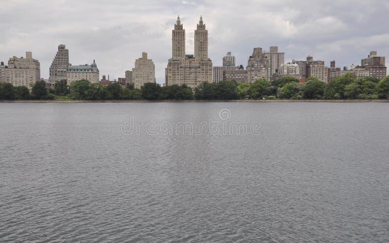 Skyline vom Central Park in Midtown Manhattan von New York City in Vereinigten Staaten stockfotos