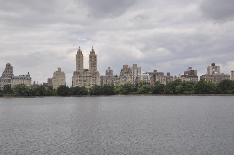 Skyline vom Central Park in Midtown Manhattan von New York City in Vereinigten Staaten stockbild