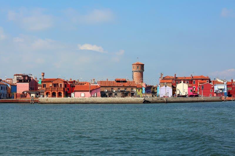 Skyline von Burano-Insel in Italien und im alten Aquäduktturm lizenzfreie stockbilder