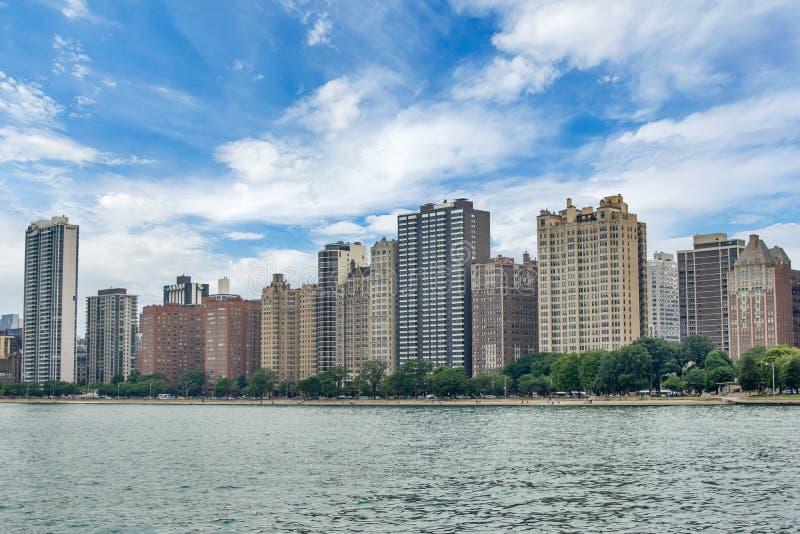 Skyline von Chicago, Illinois vom Nordalleen-Strand auf See Mic lizenzfreie stockbilder