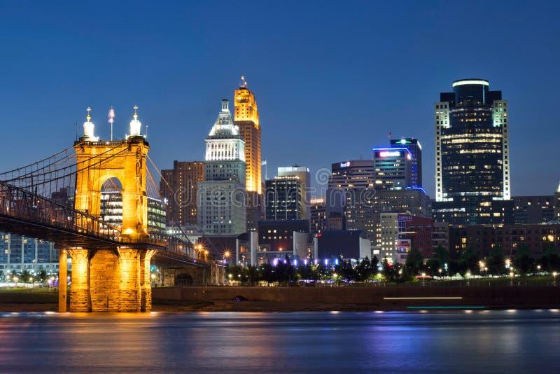 Skyline von Cincinnati, von Ohio und von John eine Roeblings-Suspendierung B lizenzfreies stockfoto