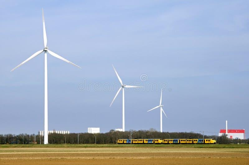 Skyline von Coevorden, Windmühlen, Zug, Fabrik lizenzfreie stockfotos