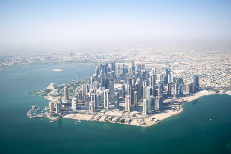 Skyline von Downtown Doha and Bay - Doha, Katar lizenzfreies stockbild