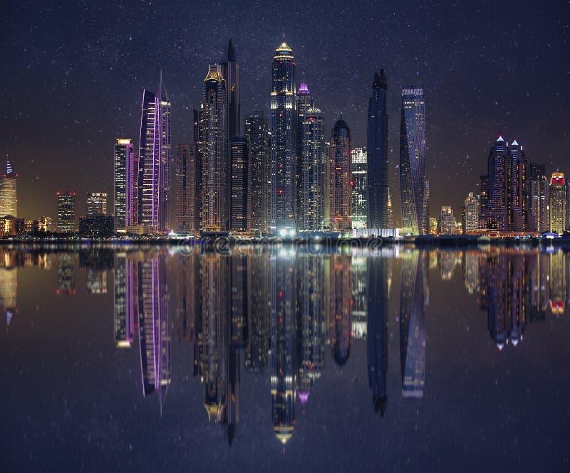 Skyline von Dubai-Jachthafen bei einem schönen Sonnenuntergang mit einem Unendlichkeitspool in der Front lizenzfreies stockbild