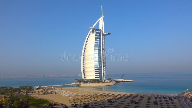 Skyline von Dubai vom der Wasser//The-ersten Luxushotel Burj Al Arab den mit sieben Sternen Welt stockfotos