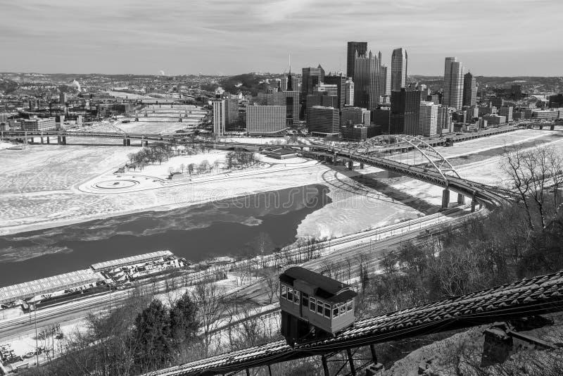 Skyline von im Stadtzentrum gelegenem Pittsburgh lizenzfreie stockfotos