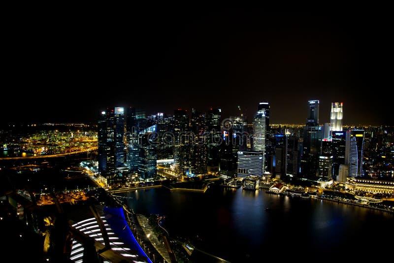 Skyline von im Stadtzentrum gelegenem Singapur nachts stockbild