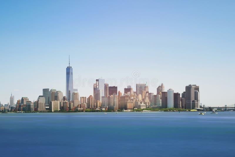 Skyline von New York City mit Wolkenkratzern am Mittag, USA stockfoto