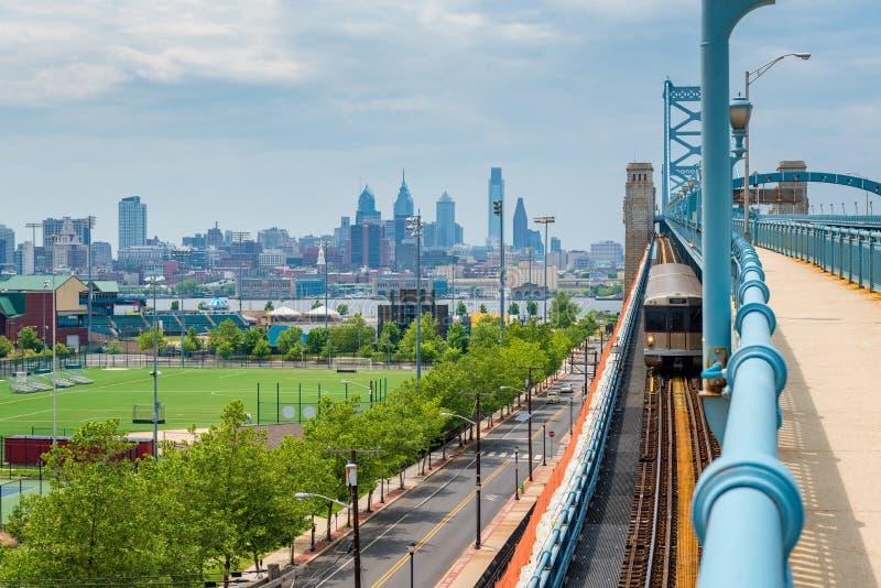 Skyline von Philadelphia gesehen von Camden New Jersey stockbild