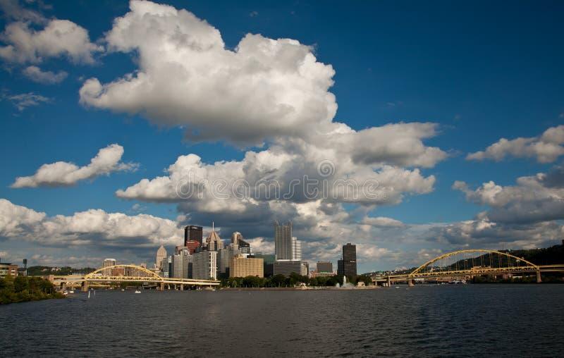 Skyline von Pittsburgh Pennsylvania von Allegheny-Fluss stockfotos