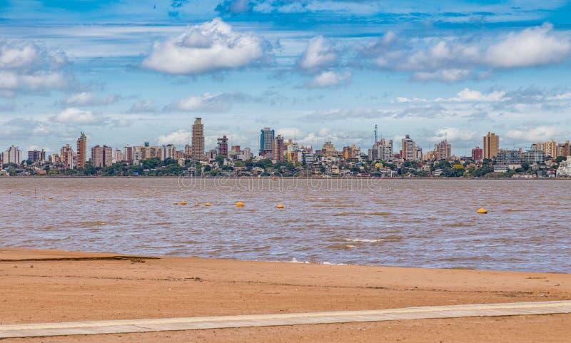 Skyline von Posadas in Argentinien, fotografiert vom Strand in Encarnacion lizenzfreie stockfotos