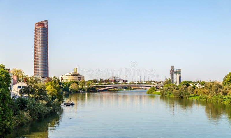Skyline von Sevilla mit dem Guadalquivir-Fluss- Spanien stockbild