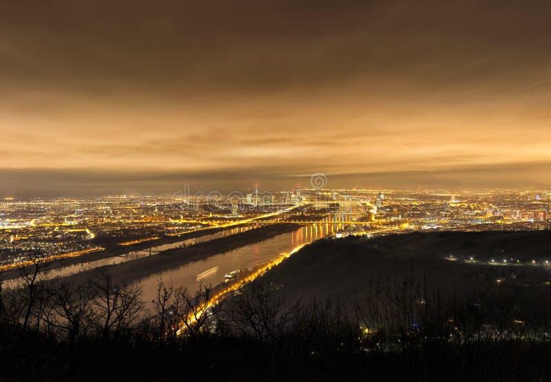 Skyline von Wien und von Donau nachts - Standpunkt Leopoldsberg stockfotografie