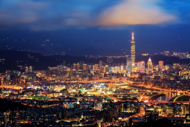 Skyline von Xinyi-Bezirk in im Stadtzentrum gelegenem Taipeh, Taiwan stockfotos