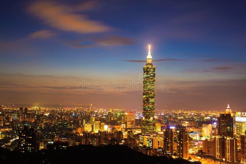 Skyline von Xinyi-Bezirk in im Stadtzentrum gelegenem Taipeh, Taiwan lizenzfreies stockfoto