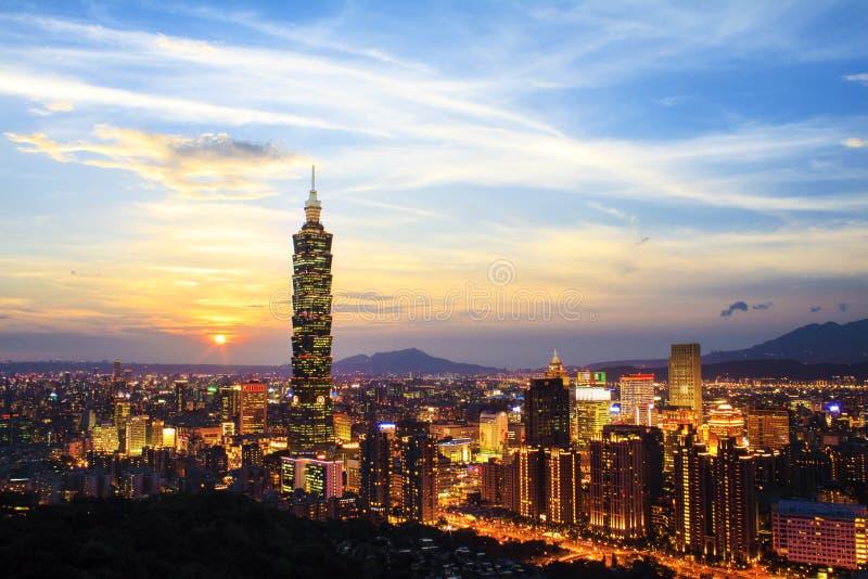 Skyline von Xinyi-Bezirk in im Stadtzentrum gelegenem Taipeh, Taiwan lizenzfreie stockbilder