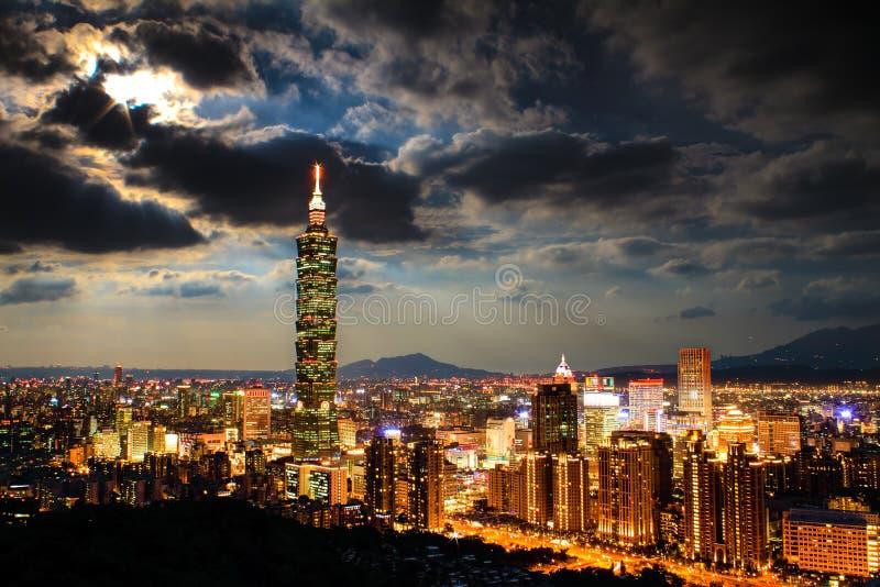 Skyline von Xinyi-Bezirk in im Stadtzentrum gelegenem Taipeh, Taiwan stockfotografie